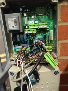 Badly wired control panel for gate autoimation